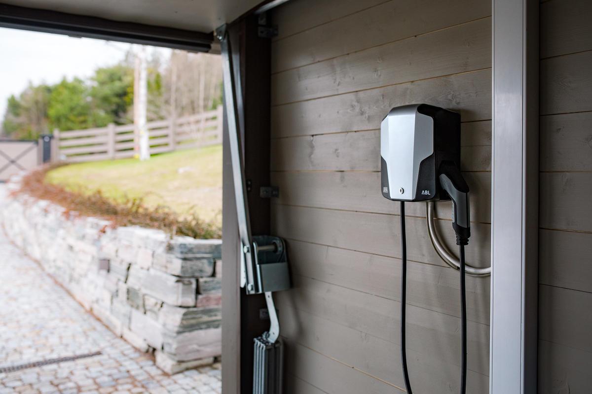Defa ladeboks montert på veggen i en garasje