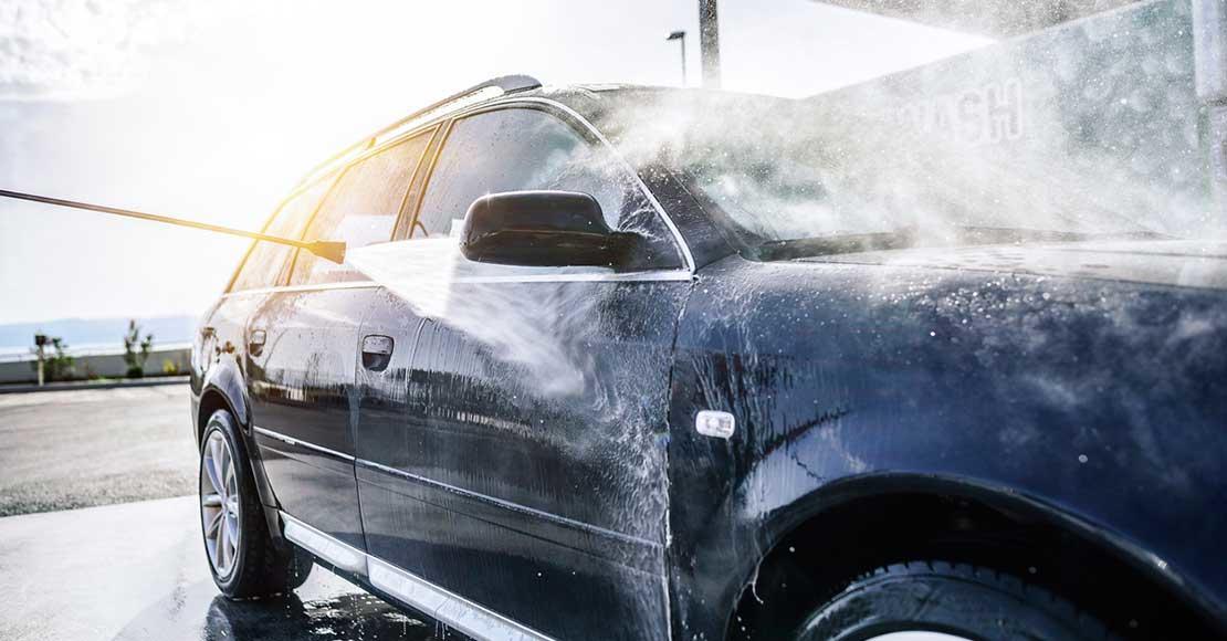 Utvendig bilvask med høytrykksspyler