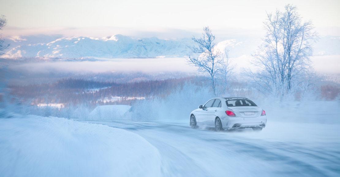 Mercedes med vinterdekk i vinterlandskap