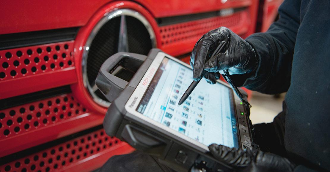 Mekaniker utfører service på lastebil