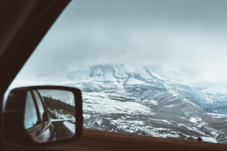 Vinterlandskap sett fra et bilvindu