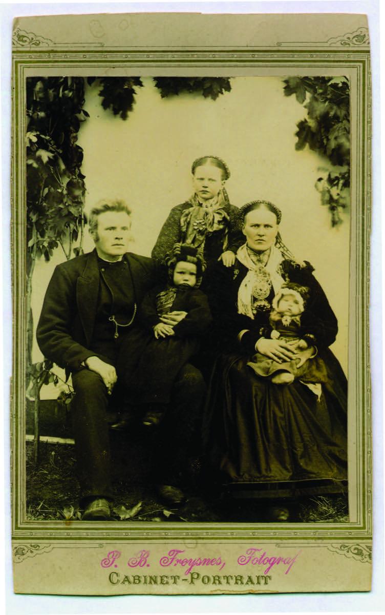 Kjernefamilie med folkedrakter fra Øst-Telemark