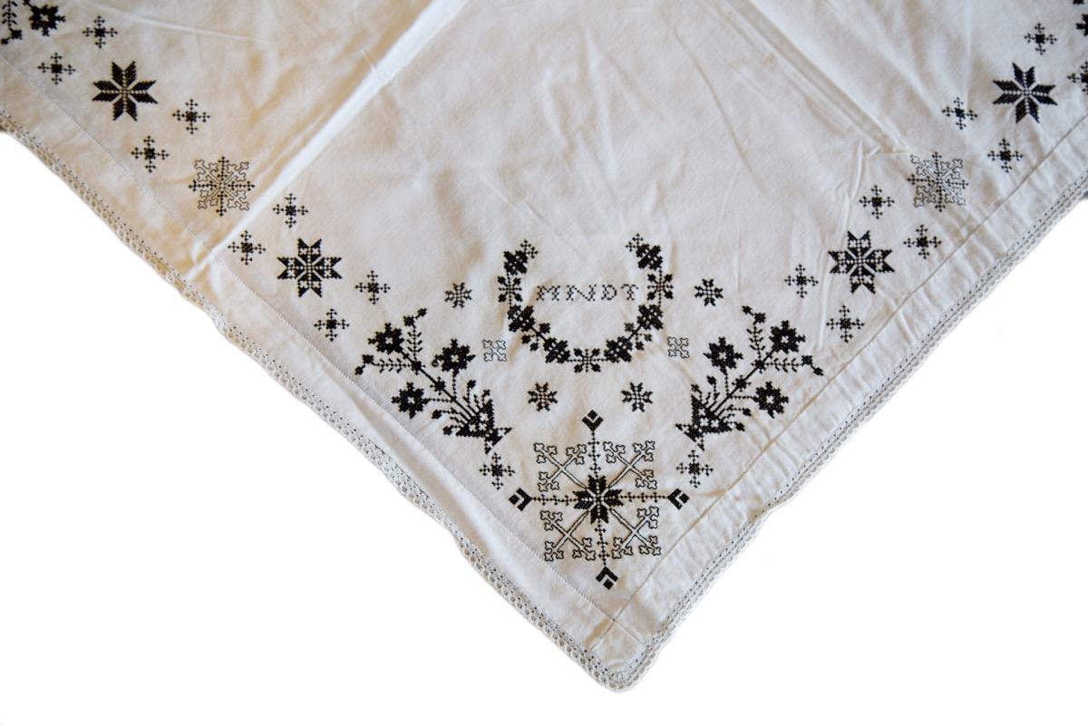 Hvitt tørkle med svartsaum