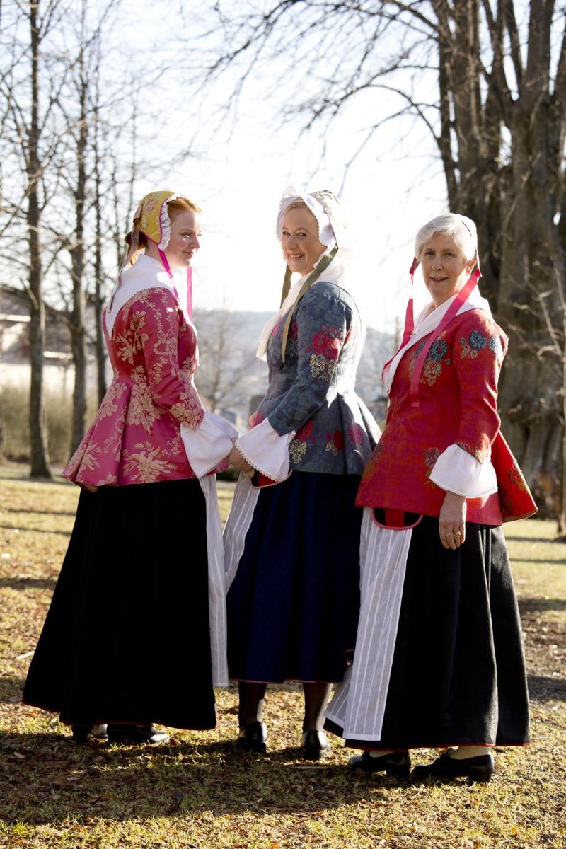 3 damer 8