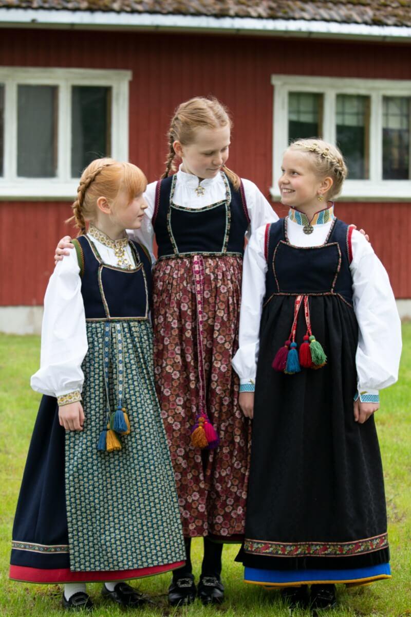 Tre jenter i Lundebunad