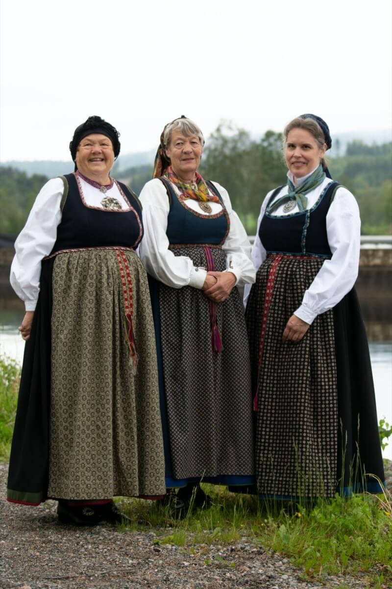 Tre damer i Lundebunad