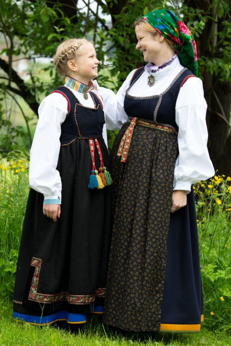 Mor og datter i Lundebunad