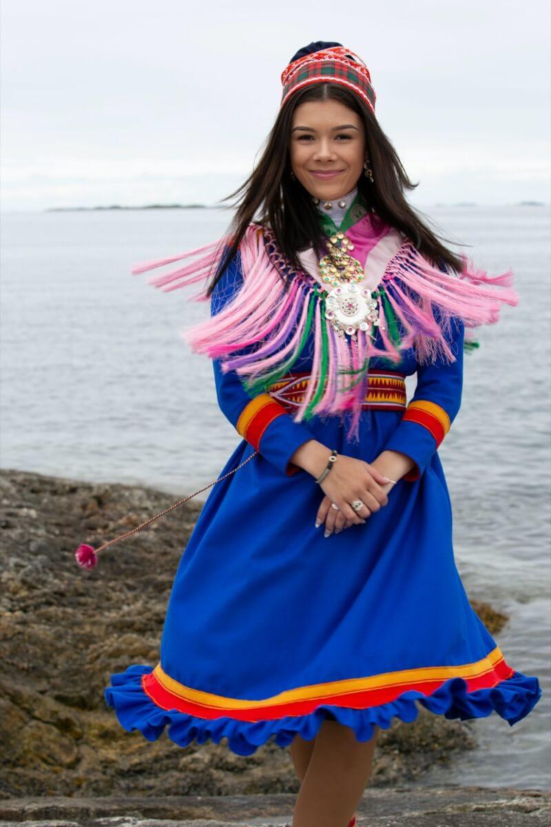 Viktoria Langmo Petersen i drakt fra Nord-samisk område