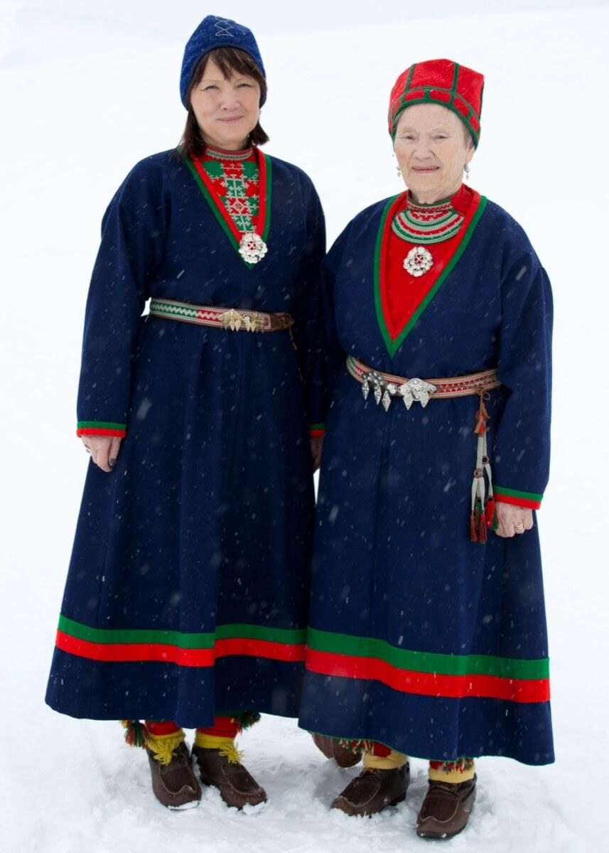 To damer i samiske folkedrakter