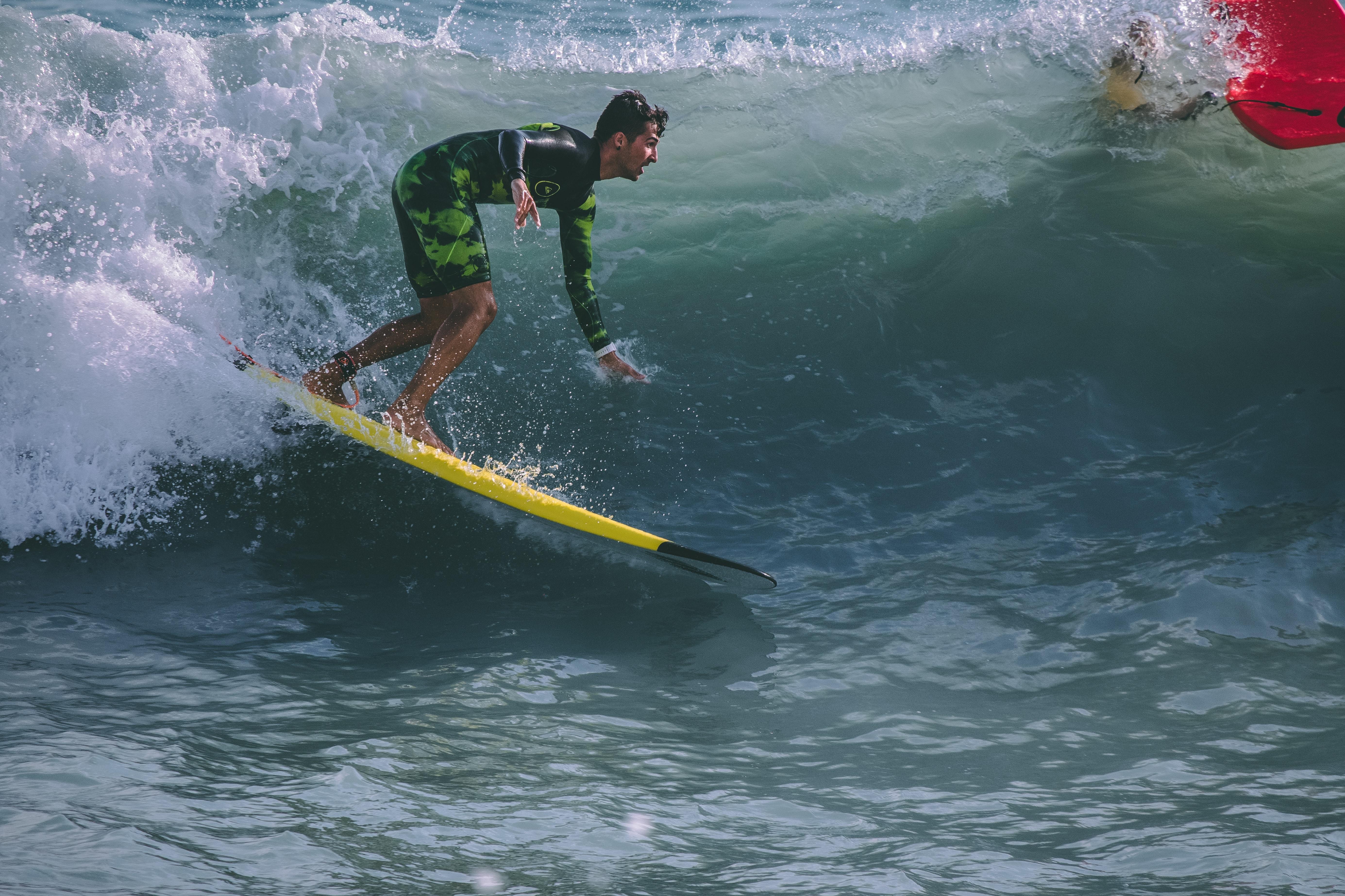 Cinq conseils pour les surfeurs débutants